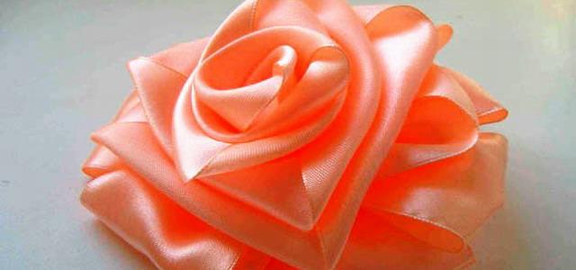 Букет невесты из атласной ленты в виде роз