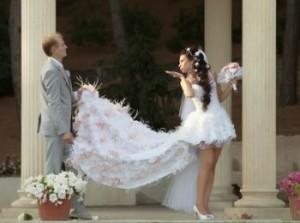 Очень короткое свадебное платье с длинным шлейфом