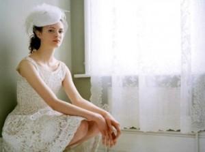 Невеста в кружевном свадебном платье ретро