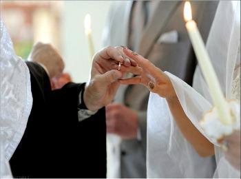 Священник проводит обручение пары