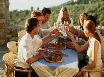 Празднование с друзьями десятилетия семейной жизни