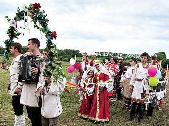 Обычаи сватовства в русском селе: процессия в национальных костюмах