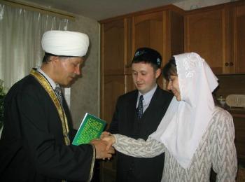 После сватовства по национальным татарским обычаям молодых напутствует мулла