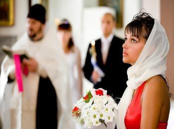 Подруга невесты во время проведения обряда в храме