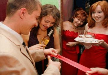 Родственницы невесты встречают жениха