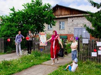 Ворота частного дома украшены для проведения конкурсов выкупа невесты