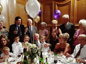 Большая семья за праздничным столом