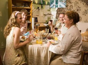 За столом родители говорят о достоинствах невесты