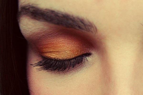 Карие глаза и оранжевые тени