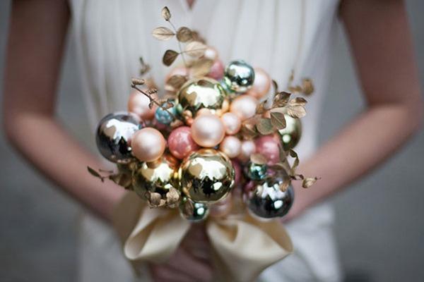 Букет невесты из ёлочных украшений