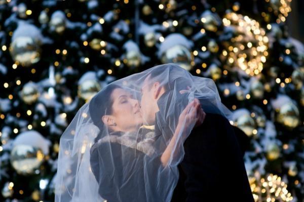 Жених и невеста на фоне новогодней ёлки