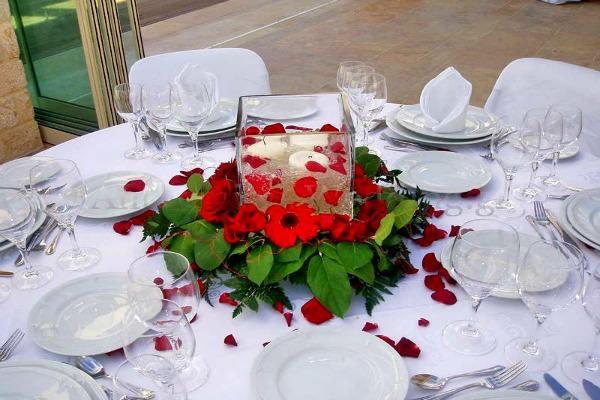 Простое украшение стола на свадебном банкете