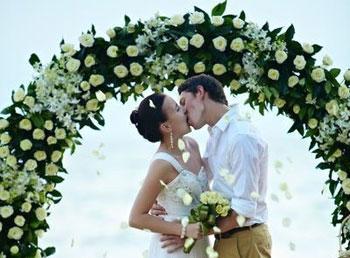 Свадебная арка из белых роз