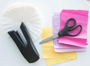 Бумага и инструменты для украшения свадебной арки