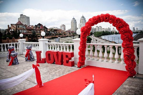 Яркое оформление арки для свадьбы