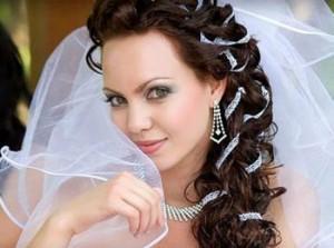 Свадебная прическа с фатой на длинные волосы
