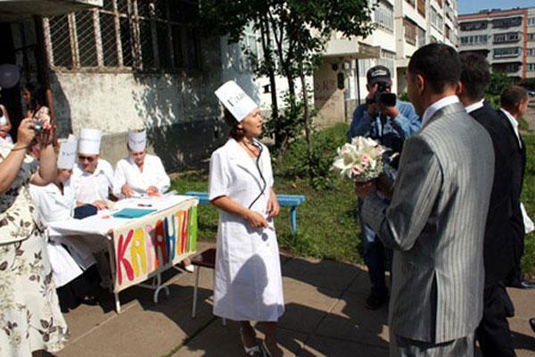 Профосмотр у строгих врачей - подружек невесты