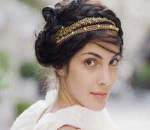 Очаровательная невеста с прической в греческом стиле