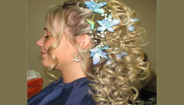 Накрученные крупными прядями светлые волосы с голубыми цветами
