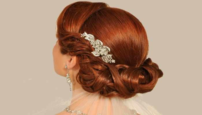 Рыжая девушка с по-гречески закрученными сзади волосами и заколкой