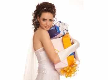 Невеста с довольным выражением лица и кучей подарков в руках