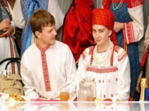 Скромная невеста во время веселого костюмированного сватовства