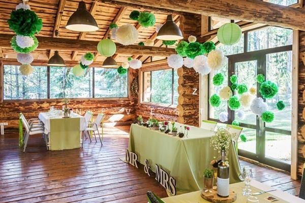 Бумажные зеленые шары и светильники станут отличным украшением