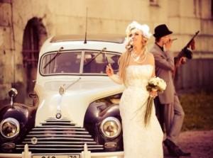 Красивое фото со свадьбы в стиле Чикаго - жених с невестой у ретро-автомобиля