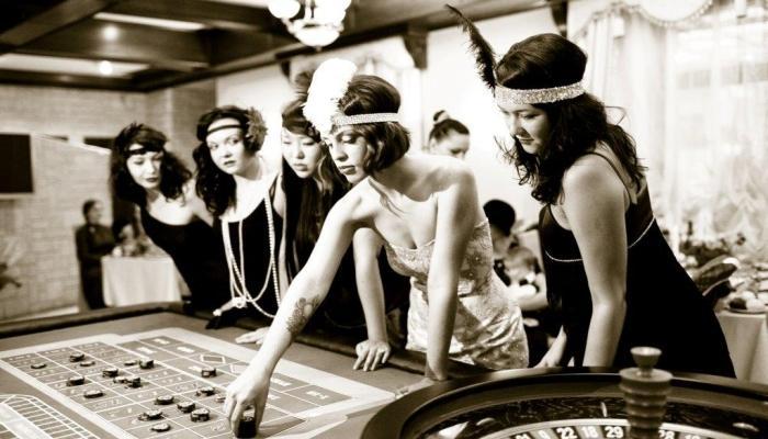 Невеста с подружками играют в рулетку