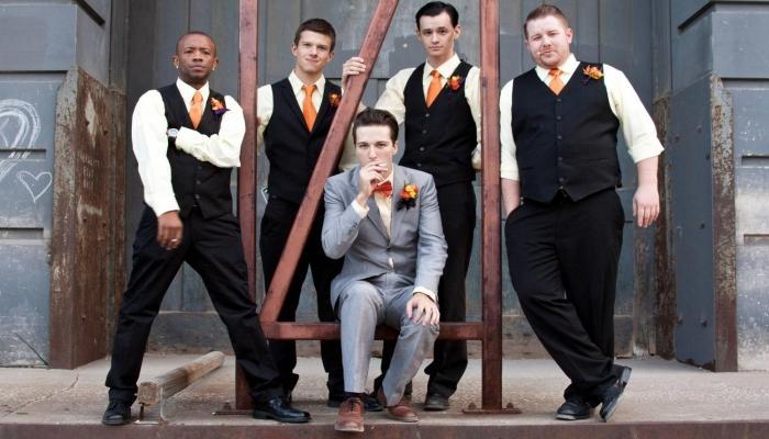 Жених и его друзья в костюмах с оранжевыми галстуками