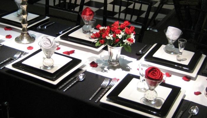 Оформление стола в белом, красном и черном цветах