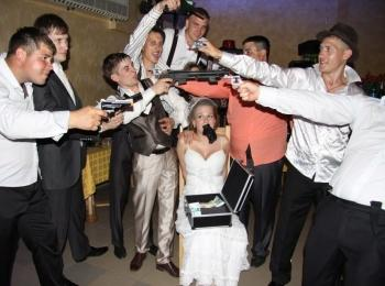Фото в момент выкупа невесты на свадьбе в стиле Чикаго