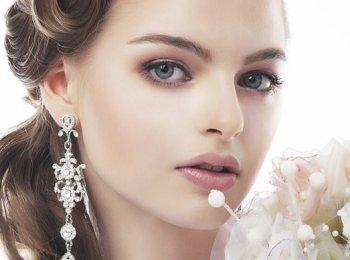Яркие цвета в макияже могут стеснить невесту, поэтому косметика должна быть скромноватой