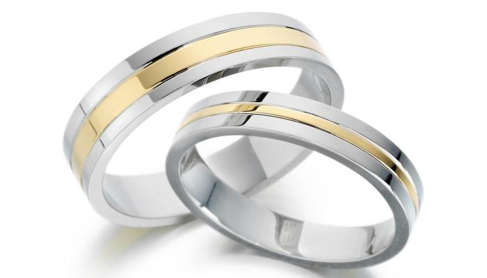 Обручальные кольца из белого золота со вставкой обычного золота