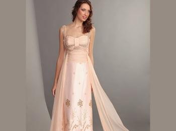 С греческим платьем допустимо полностью обнажать плечи