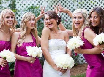 Невеста с подружками в красивых розовых платьях - все с белыми букетами