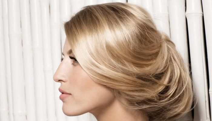 Длинные волосы с локонами можно убрать в элегантный узел перед банкетом