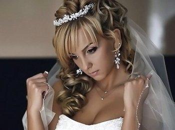 Свадебная прическа с диадемой и накрученными локонами