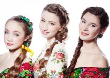 Русские юные невесты в ярких нарядах с косами