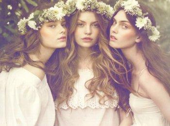 Девушки-невесты в белых простых платьях с цветочными венками