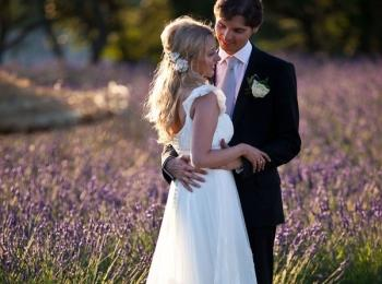 Жених и невеста на лавандовом поле во время свадьбы в стиле Прованс