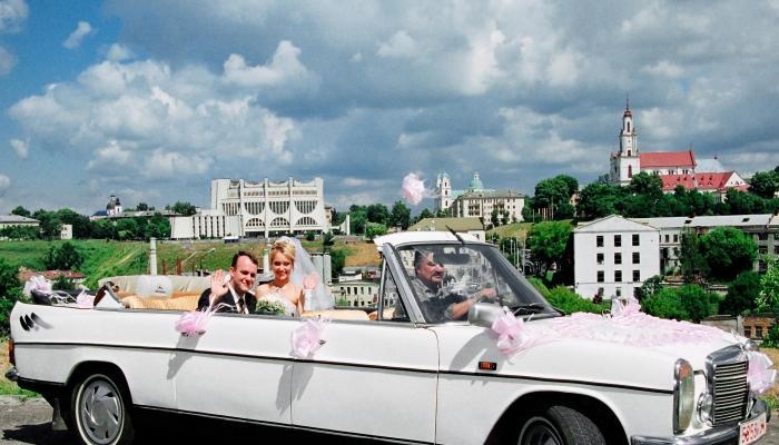 Если свадьба исполнена в американском ретро, лучше всего поехать на ретро-кабриолете