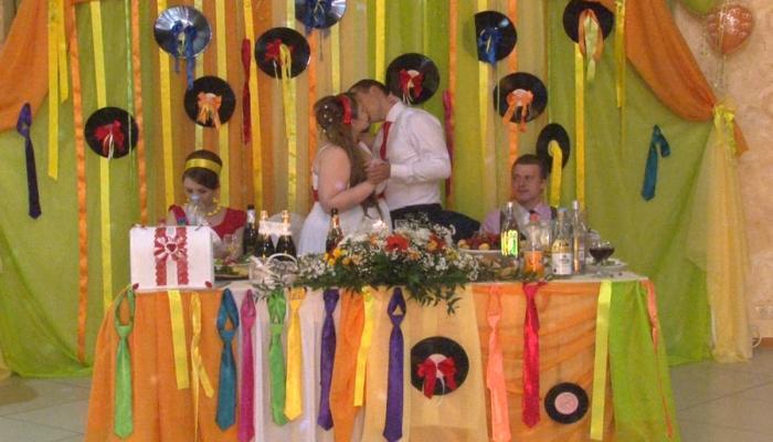 Зал стиляжной свадьбы должен быть ярким, с лентами и пластинками