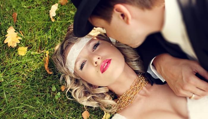 Прическа невесты в американском ретро может включать ремешок на лбу, а у жениха - шляпу