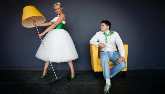 Яркие наряды новобрачных-стиляг с зелеными цветами