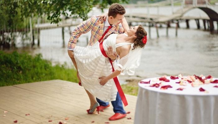 Бело-красные тона в нарядах в стиле стиляги