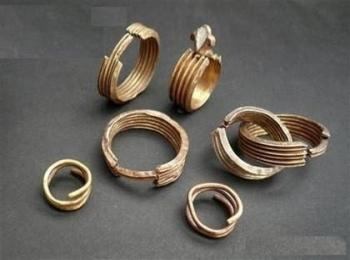 Со временем в истории укоренилась традиция дарить золотые кольца