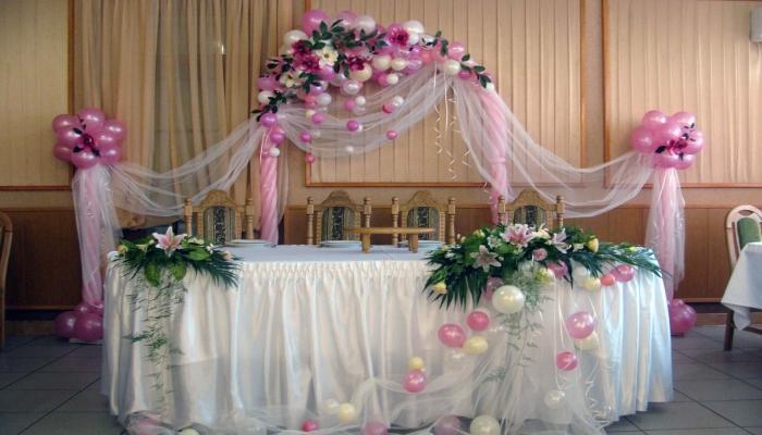 Красивое сочетание оттенков при совмещении шариков с цветами для украшения зала