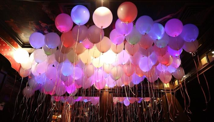 Оригинальные и эффектные шары с подсветкой для вечернего свадебного банкета