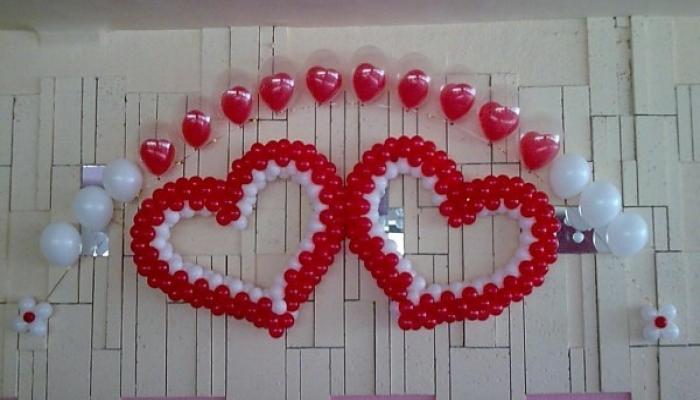 Два сердца на стене из белых и красных шаров